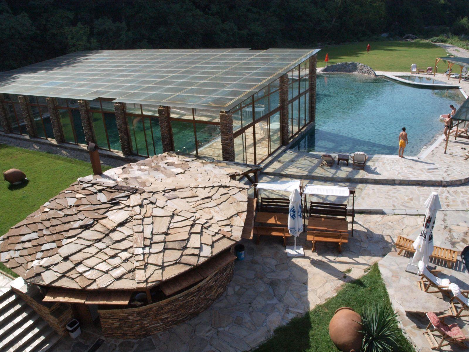 Хотел Петрелийски с. Огняново - външен минерален басейн с постоянна температура 35 градуса